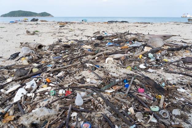 Un sacco di spazzatura sulla spiaggia
