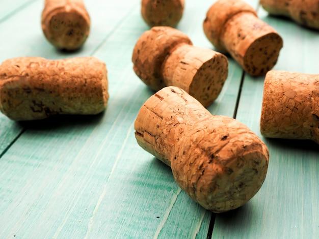 Un sacco di tappi di champagne come sfondo o substrato, per il vino