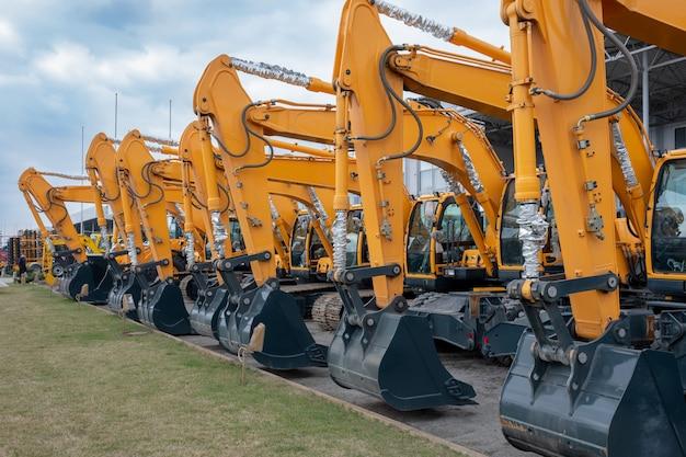 Un sacco di trattori o escavatori gialli in una mostra