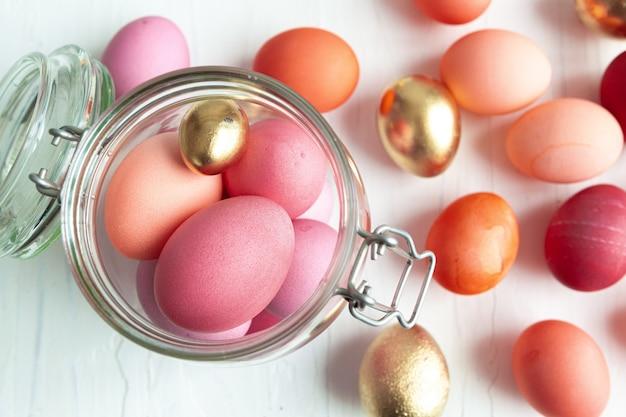 Un sacco di uova colorate di pasqua