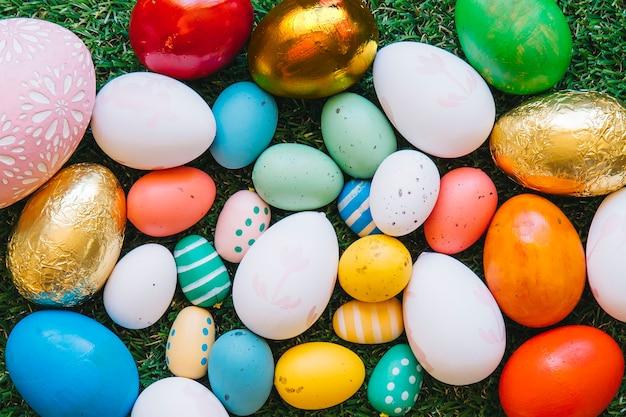 Un sacco di uova di pasqua colorate