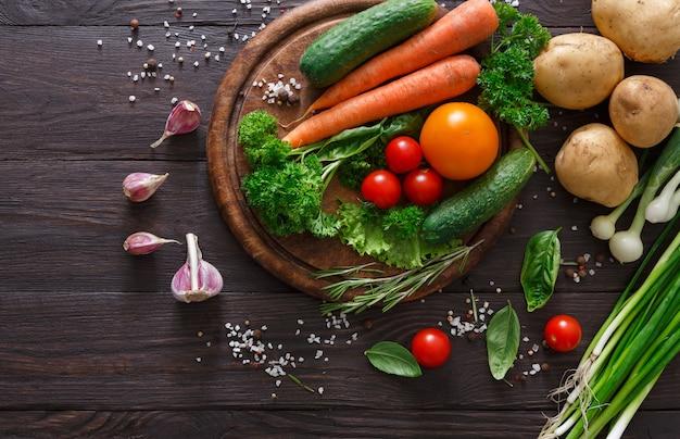 Un sacco di verdure fresche su legno con copia spazio
