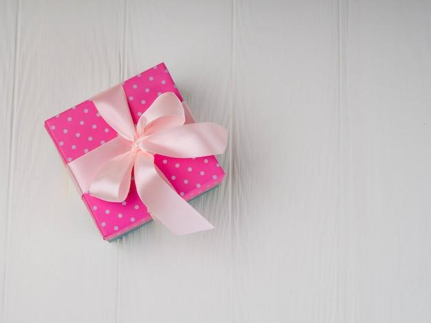 Un semplice sfondo bianco con scatola rosa, minimalismo.