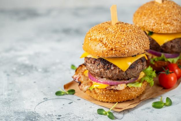 Un set di deliziosi hamburger fatti in casa.