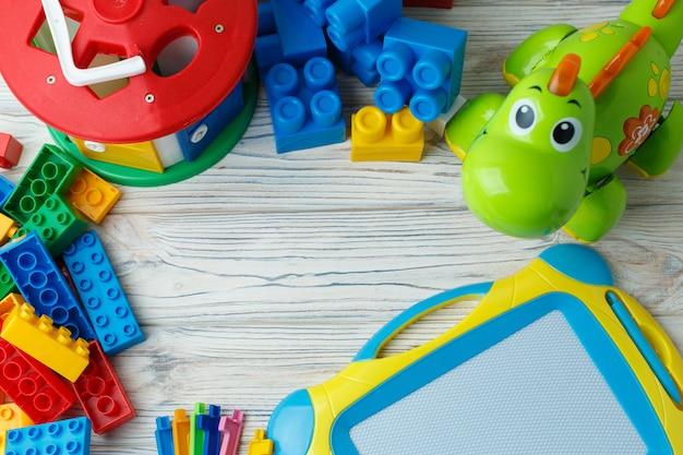 Un set di giocattoli colorati per bambini in via di sviluppo su uno sfondo di legno. giochi educativi per bambini con spazio di copia