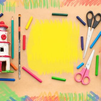 Un set di materiali per la creatività e il disegno di hobbies.