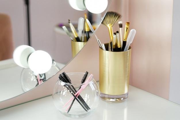 Un set di pennelli truccatore per il trucco professionale su un tavolo bianco