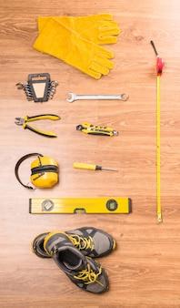 Un set di strumenti per la costruzione sul pavimento.