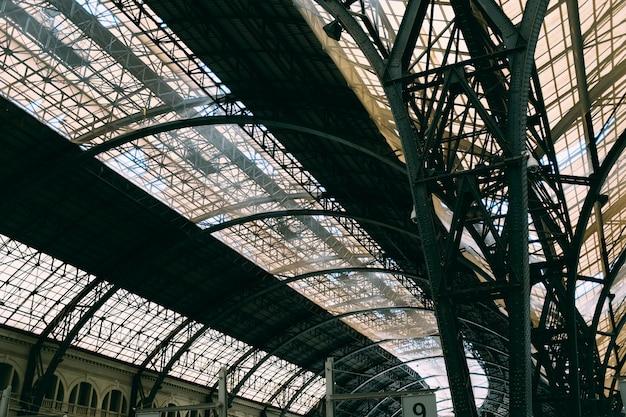 Un soffitto di vetro con motivi interessanti all'interno di un edificio