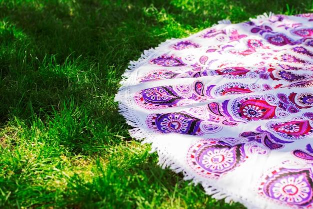 Un tappeto sul prato in primavera all'aperto.