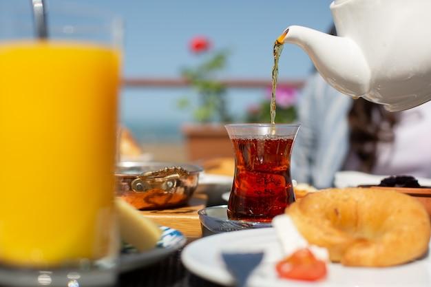 Un tavolo per la colazione con vista frontale persone intorno al tavolo che consumano il loro pasto durante la colazione diurna