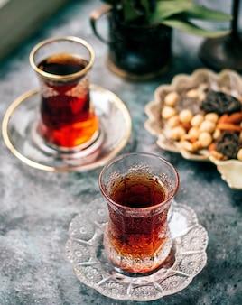Un tè nero in vetro armudu e noci