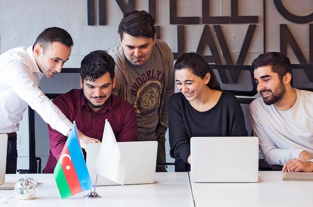 Un team di designer creativi che lavora a un progetto e discute i dettagli.