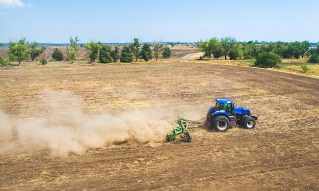 Un trattore che ara e che semina nel campo