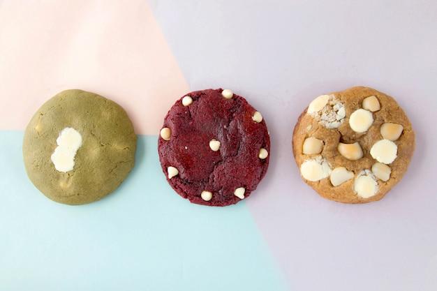 Un tre di biscotti fatti in casa che sono il dessert più gustoso