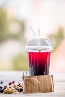 Un tubo di vetro con una bevanda estiva ai frutti di bosco