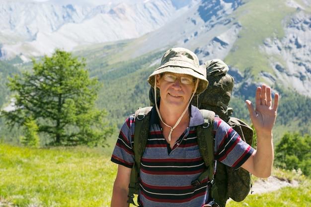 Un turista agitando la mano in segno di saluto.