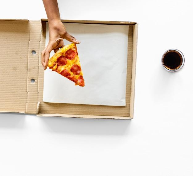 Un'ultima fetta di pizza in una scatola