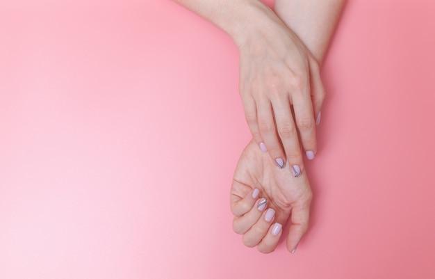 Un'unghia di donna, disegnata con unghie artistiche