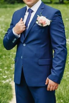 Un uomo abbottonarsi una giacca blu