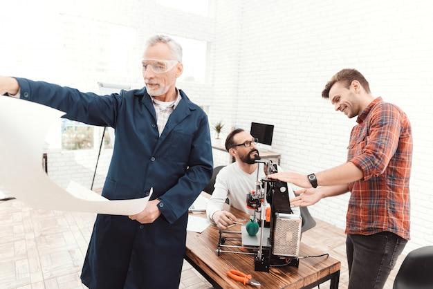Un uomo anziano in primo piano sta studiando un progetto.