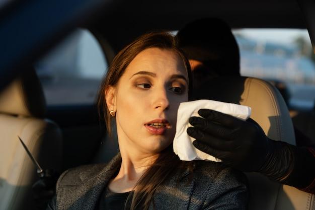Un uomo armato di coltello ha aggredito una donna indifesa in un parcheggio