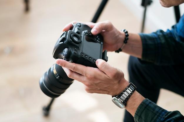 Un uomo che controlla il record della fotocamera