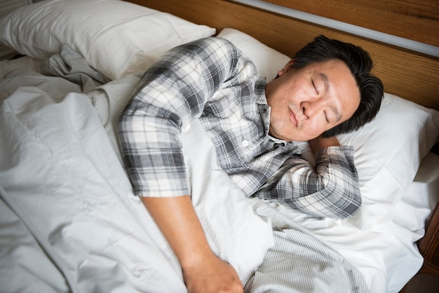 Un uomo che dorme profondamente