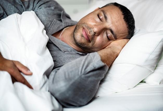 Un uomo che dorme su un letto