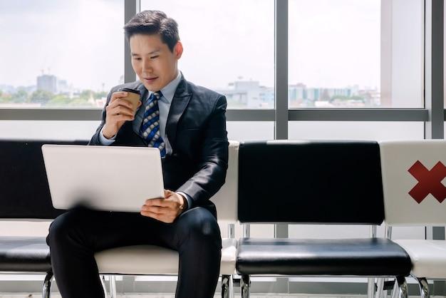 Un uomo che lavora con un taccuino bere caffè