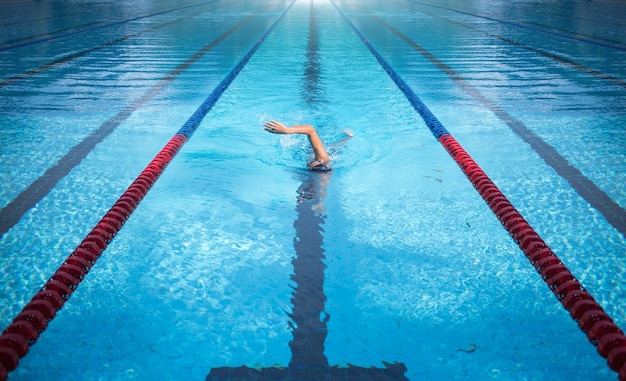 Un uomo che nuota sulla corsia della piscina