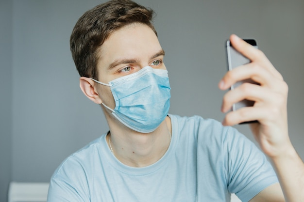 Un uomo che parla su una connessione online con un giovane ragazzo, agitando la mano, trasmette al telefono