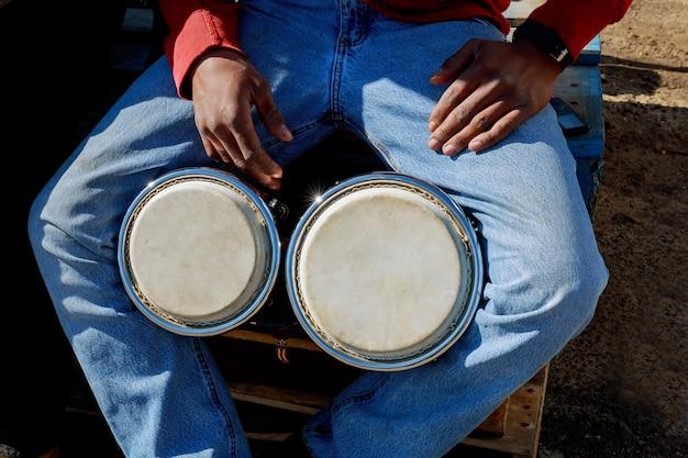 Un uomo che suona il tamburo africano djembe