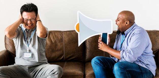 Un uomo che urla contro un altro uomo