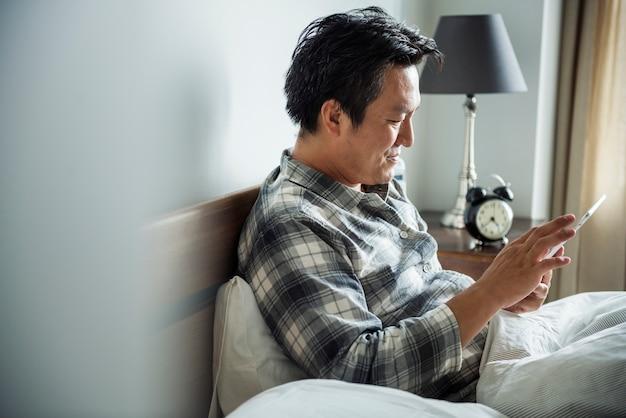 Un uomo che usa uno smartphone