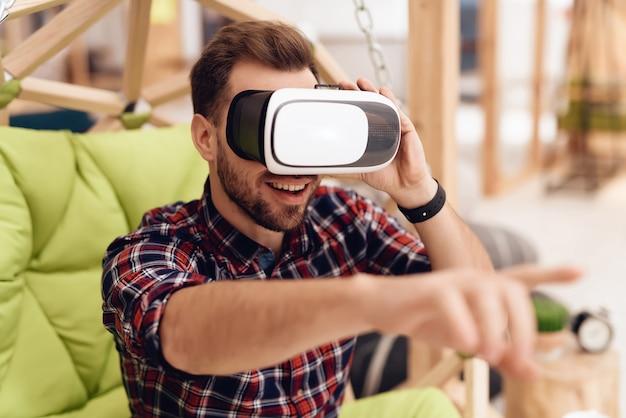 Un uomo con gli occhiali per la realtà virtuale.