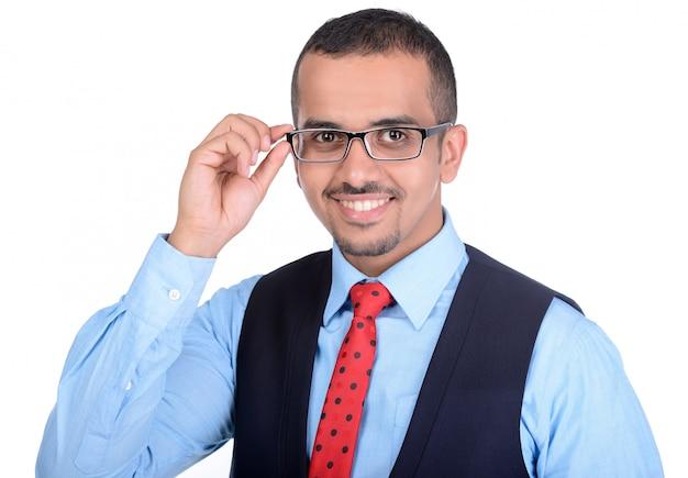 Un uomo con gli occhiali sorride e si alza con gli occhiali.
