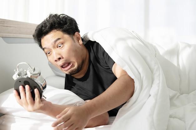 Un uomo con la faccia sconvolta dopo essersi svegliato tardi