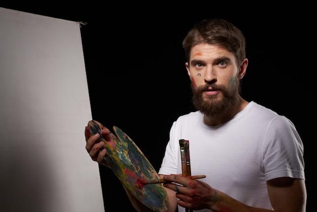 Un uomo con la pittura acrilica della tavolozza