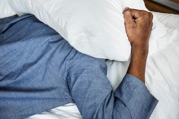 Un uomo con problemi di sonno