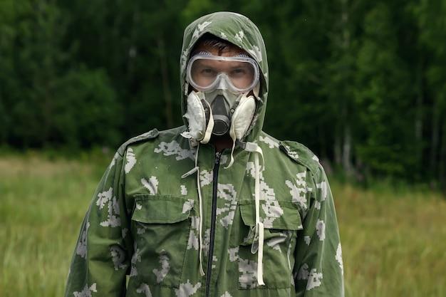 Un uomo con un respiratore e occhiali e una tuta mimetica