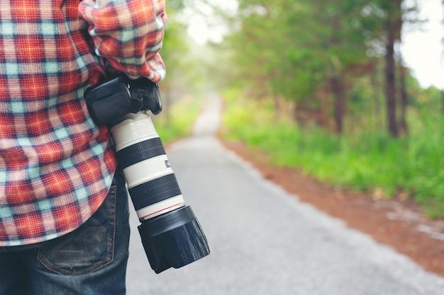 Un uomo con una macchina fotografica giornata mondiale del fotografo.