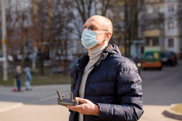 Un uomo con una maschera protettiva controlla un elicottero