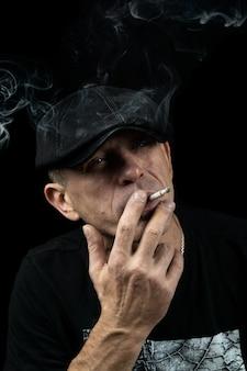 Un uomo con una sigaretta