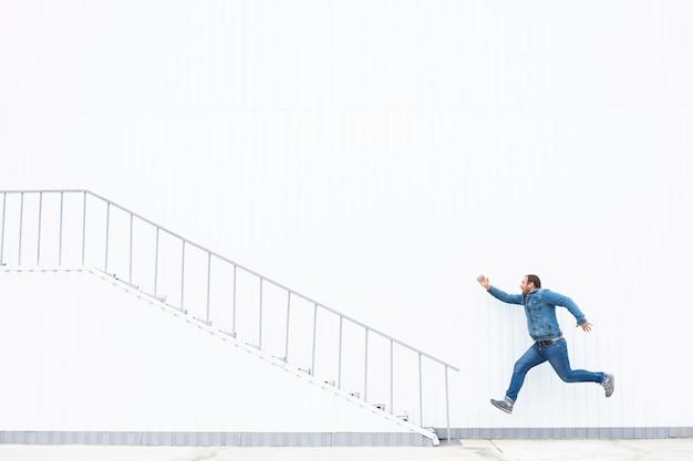 Un uomo corre su per le scale