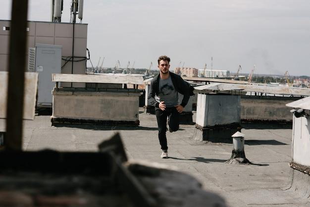 Un uomo corre sul tetto dell'edificio.