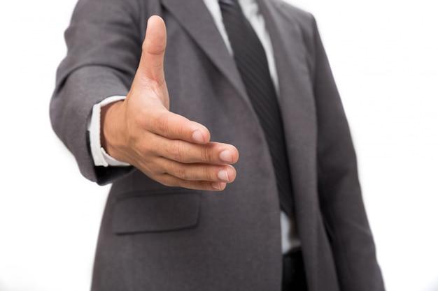 Un uomo d'affari con una mano aperta pronta per la stretta di mano per sigillare un affare