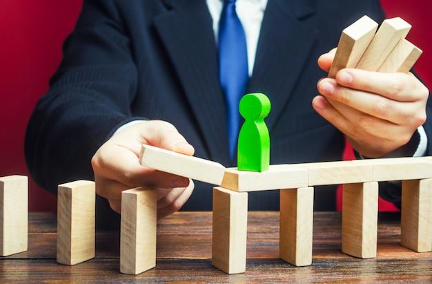 Un uomo d'affari costruisce un percorso per una figura verde