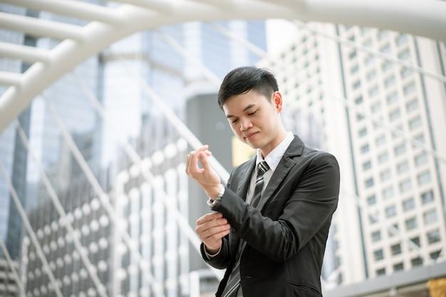 Un uomo d'affari è pronto a lavorare. sta controllando la pulizia del vestito, della cravatta e della camicia. oggi ha un colloquio di lavoro. vuole avere successo nella sua vita e nel suo lavoro.
