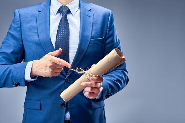 Un uomo d'affari in un abito blu detiene un documento